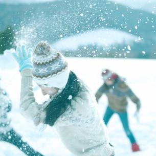 雪合戦をしている3人の若者の写真素材 [FYI03910504]