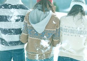 雪合戦の後の背中の写真素材 [FYI03910506]