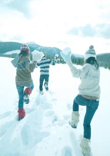雪合戦をしている3人の若者の写真素材 [FYI03910507]