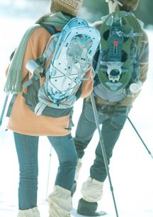 スノーシューを担ぐ2人の若者の写真素材 [FYI03910520]