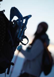 雪原をゆく女性の写真素材 [FYI03910575]
