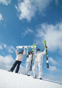雪原に立つ3人の若者の写真素材 [FYI03910577]
