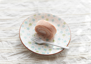 イチゴのロールケーキの写真素材 [FYI03910636]