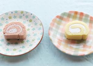 2種類のロールケーキの写真素材 [FYI03910638]