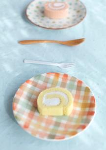 2種類のロールケーキの写真素材 [FYI03910639]