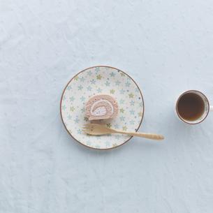 イチゴのロールケーキとコーヒーの写真素材 [FYI03910640]