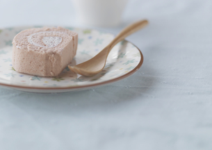 イチゴのロールケーキの写真素材 [FYI03910641]