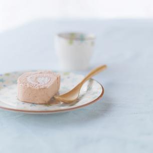 イチゴのロールケーキとカップの写真素材 [FYI03910642]