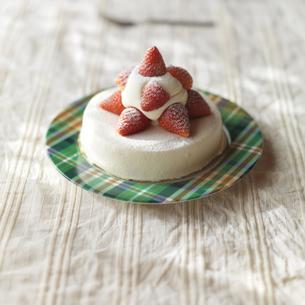 イチゴのクリスマスケーキの写真素材 [FYI03910661]