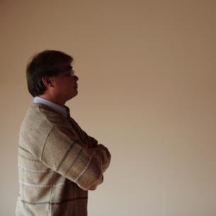 遠くを眺める中高年の男性の写真素材 [FYI03910676]