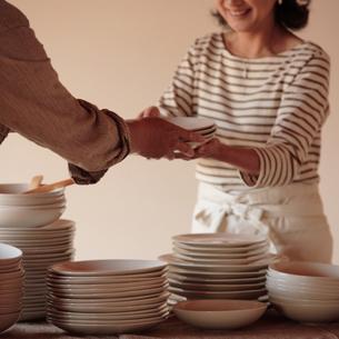 食事の準備をする中高年の夫婦の写真素材 [FYI03910722]