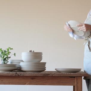 お皿を拭く女性の写真素材 [FYI03910760]