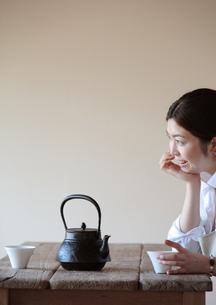 お茶を煎れて一休みする女性の写真素材 [FYI03910791]