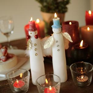 テーブルに飾られたクリスマスキャンドルの写真素材 [FYI03910805]