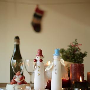 テーブルに飾られたクリスマスキャンドルの写真素材 [FYI03910807]