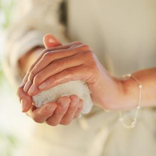 おにぎりを作る女性の手元の写真素材 [FYI03910857]