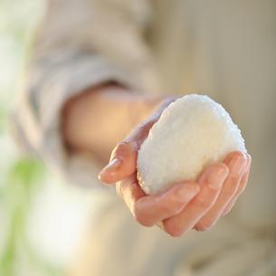 おにぎりを作る女性の手元の写真素材 [FYI03910858]