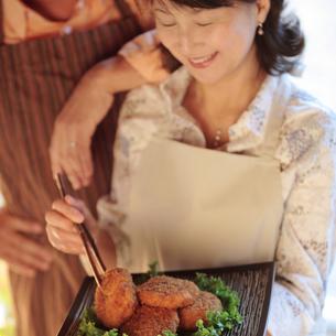 食事の支度をする中高年の夫婦の写真素材 [FYI03910870]