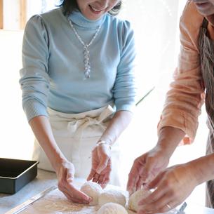 パンを作る中高年の夫婦の写真素材 [FYI03910886]