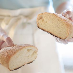手作りパンを持つ女性の手元の写真素材 [FYI03910889]