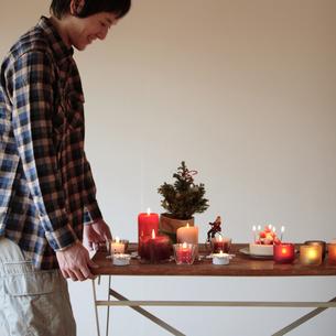 クリスマスの準備をする男性の写真素材 [FYI03910942]