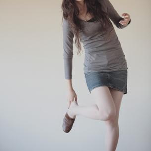 靴のかかとを直す20代女性の写真素材 [FYI03911004]