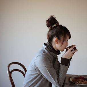スープを飲む20代女性の写真素材 [FYI03911085]