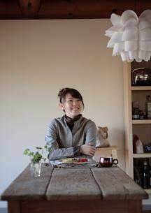 食事の席につく20代女性の写真素材 [FYI03911088]