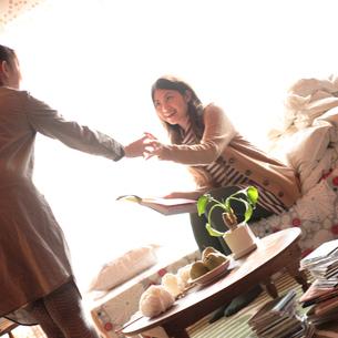 友達の部屋に遊びに来た20代女性の写真素材 [FYI03911100]