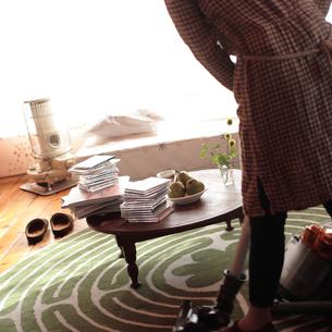 部屋を掃除する女性の写真素材 [FYI03911123]