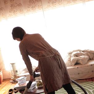 部屋を掃除する女性の写真素材 [FYI03911124]
