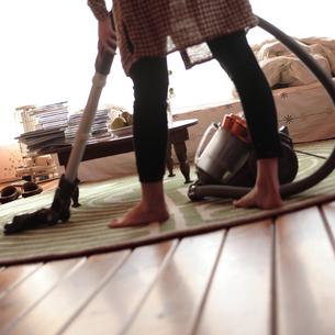 部屋を掃除する女性の写真素材 [FYI03911126]