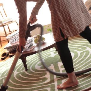 部屋を掃除する女性の写真素材 [FYI03911127]