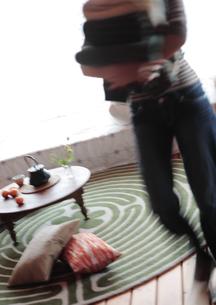 畳んだ衣服を運ぶ女性の写真素材 [FYI03911138]