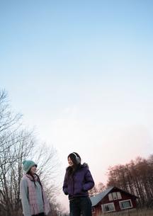 話をしている2人の女性の写真素材 [FYI03911204]