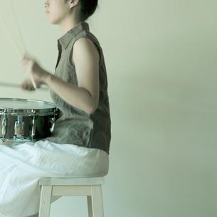 ドラムをたたく女性の写真素材 [FYI03911233]