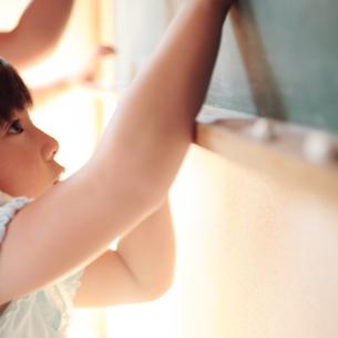 黒板に絵を描く女の子の写真素材 [FYI03911254]