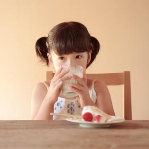 おやつを食べている女の子の写真素材 [FYI03911272]