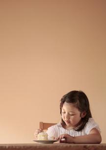 ケーキを食べている女の子の写真素材 [FYI03911280]