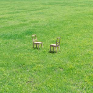 向かい合った2脚の椅子の写真素材 [FYI03911363]