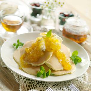 オレンジソースのパンケーキの写真素材 [FYI03911395]