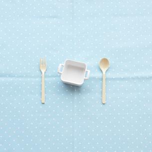 スプーン、フォークと白い器の写真素材 [FYI03911417]