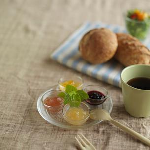 手作りジャムとパンのある食卓の写真素材 [FYI03911434]