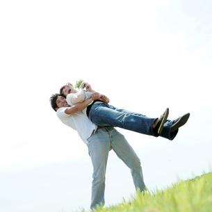 女性を抱き上げる男性の写真素材 [FYI03911588]
