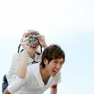 じゃれながら写真を撮るカップルの写真素材 [FYI03911603]