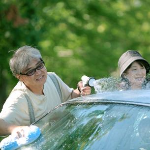 車を洗うシニア夫婦の写真素材 [FYI03911772]