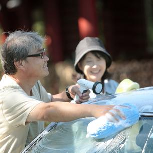 車を洗うシニア夫婦の写真素材 [FYI03911773]