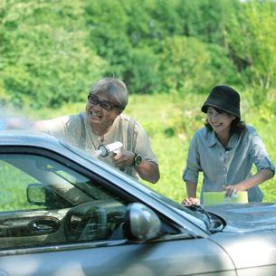 車を洗うシニア夫婦の写真素材 [FYI03911776]