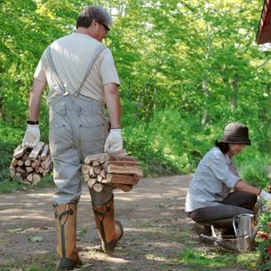 薪を運ぶ中高年男性の写真素材 [FYI03911780]