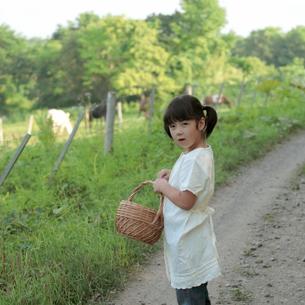 かごを持って振り返る女の子の写真素材 [FYI03911849]